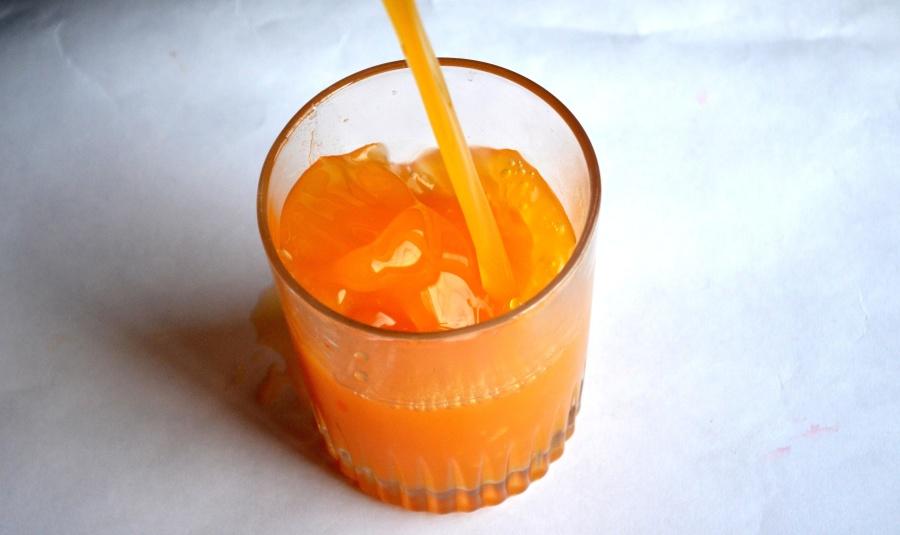 Jus d'orange frais dans un verre