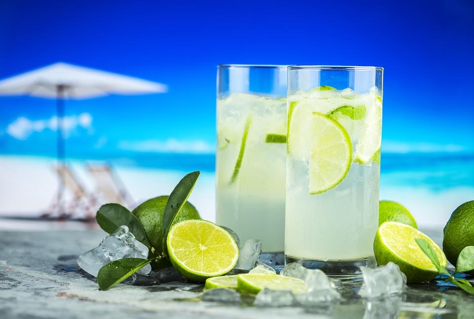 Verres de citronnade au bord de la plage !