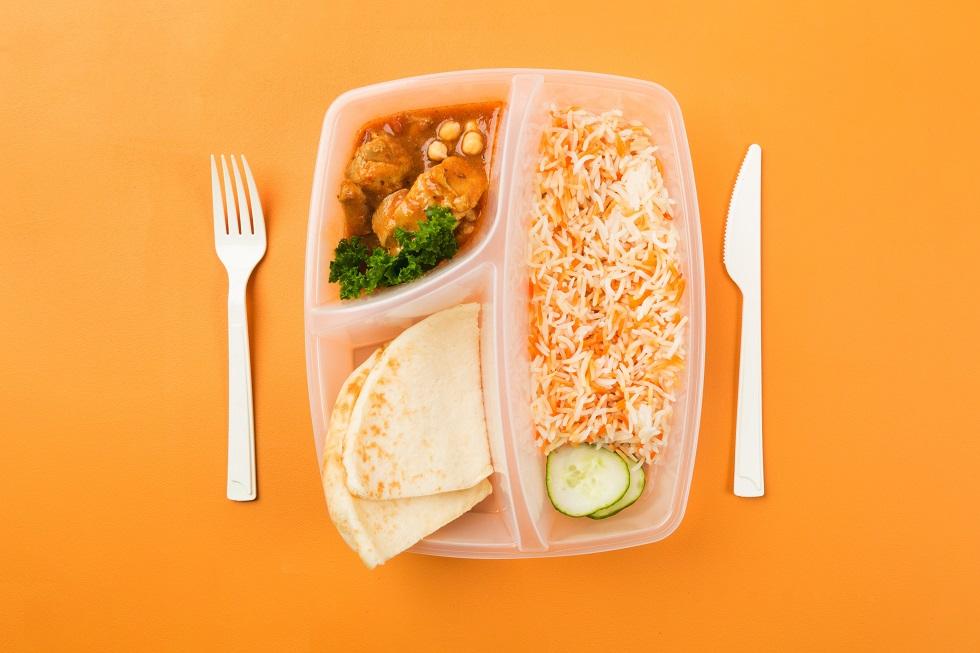 Une lunch box avec du poulet et du riz
